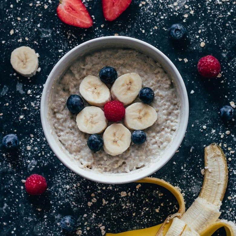 Porridge oatmeal fruits breakfast nutrition santé diététique carré